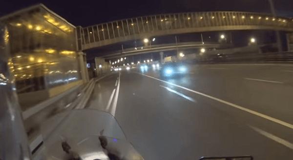 高速道路を逆走するバイクライダーの画像