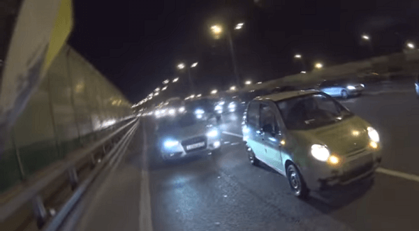 ライダーが高速道路の車を止めている画像