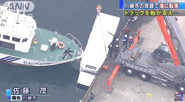 海に転落したトラックを海上保安の船が助けるニュースキャプチャ画像