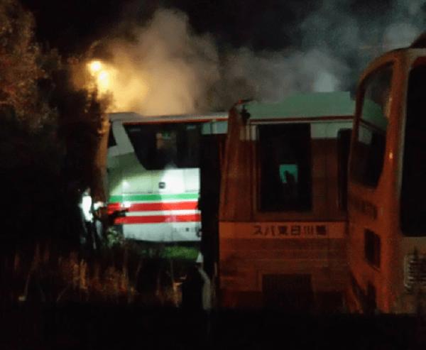 鴨川市広場でバスの車両火災の画像