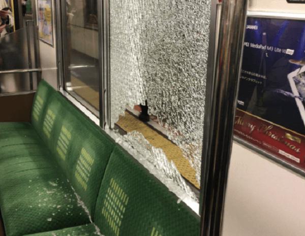 武蔵野線で電車の窓ガラスに投石され破損の画像