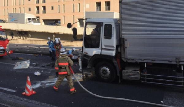 首都高速・羽田線の浜崎橋JCT付近で玉突き事故の画像