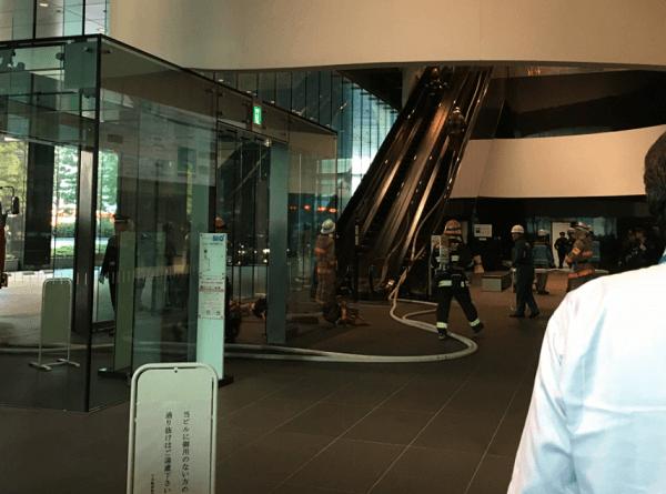 日本経済新聞社の本社の日経ビルで火事の現場画像