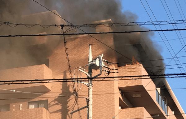 三芳町藤久保の星乃珈琲付近のマンションで火事の現場の画像