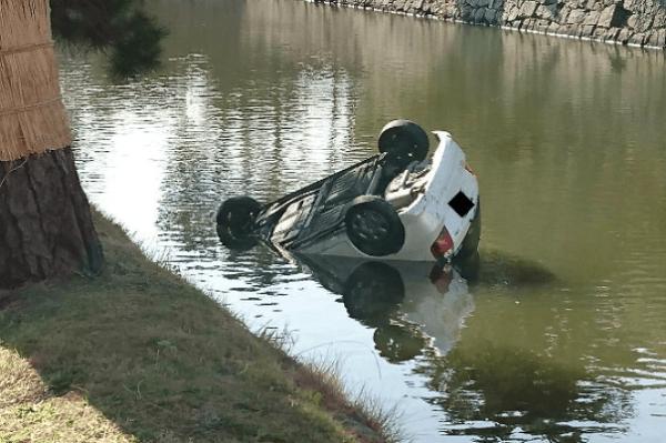 和歌山城で車が堀に転落する事故の現場の画像