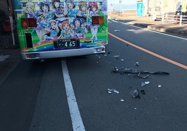 沼津市でラッピングバスの事故の画像