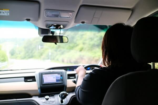 """女性が車を運転する画像"""""""