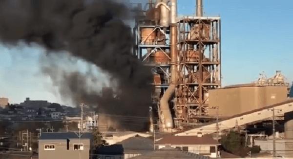 日立市平和町の日立セメント工場で火事の現場の画像