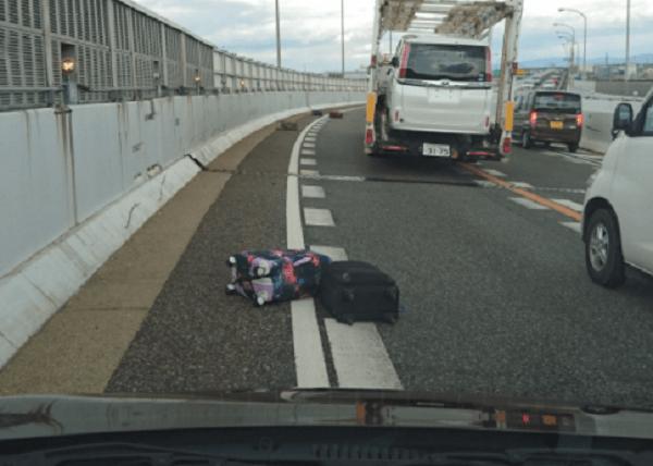 名古屋高速で観光バスからスーツケース落下の画像