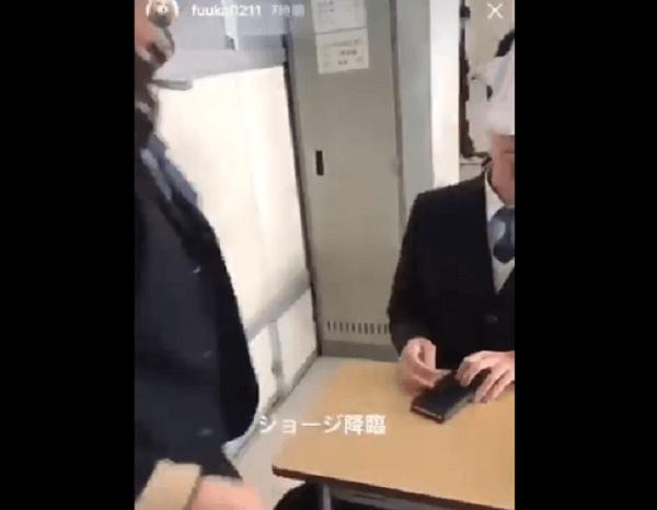 ふうかさんが男子生徒の顔面にナプキンを貼る動画のキャプチャ画像