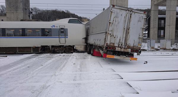 金沢市の森本駅付近で特急とトラックの衝突事故の現場の画像