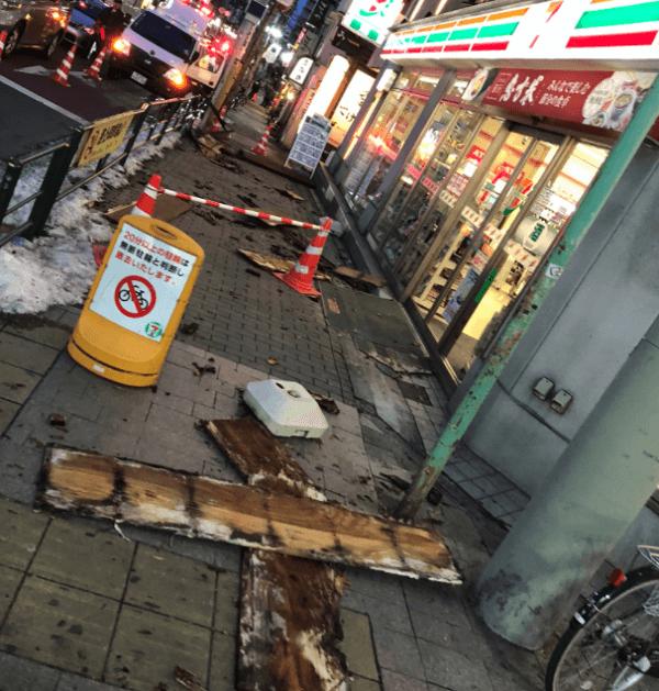 品川区のてけてけ青物横丁店で看板落下の事故の現場の画像