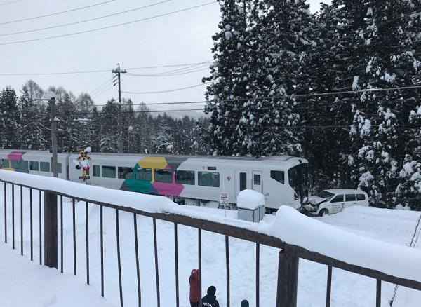 さのさかスキー場前の踏切で大糸線の特急あずさと車の事故の現場の画像