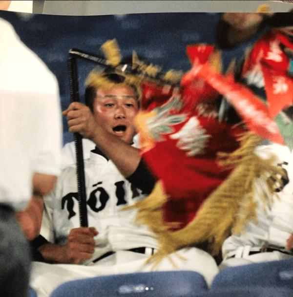 中田翔選手が優勝旗を折るInstagramの画像