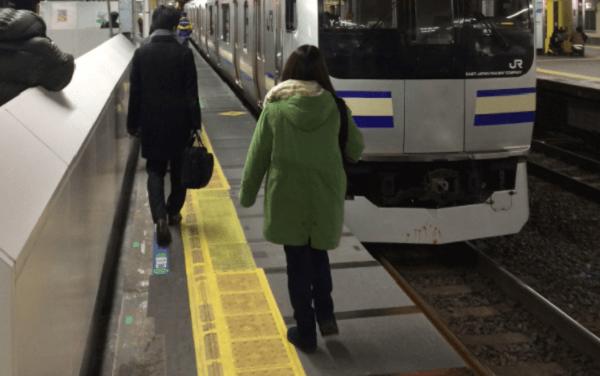 総武線の新小岩駅の人身事故で電車に血がついている画像