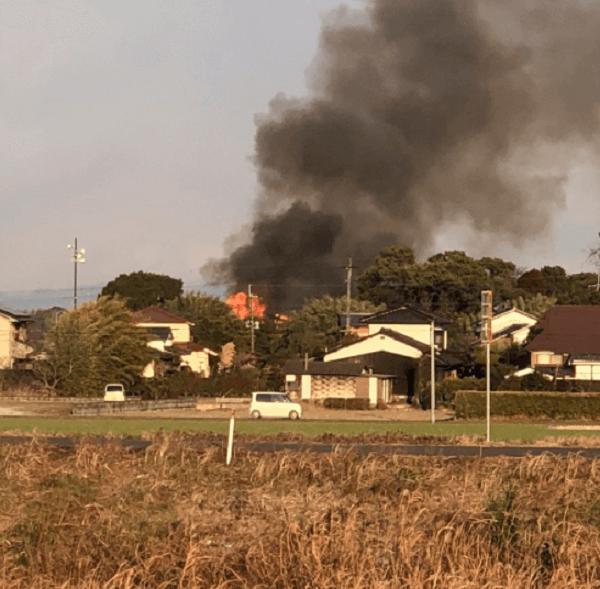 神埼市千代田町に自衛隊ヘリが墜落し住宅で火事が起きている現場の画像