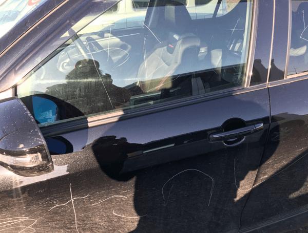 上里サービスエリアで車に落書きされた画像