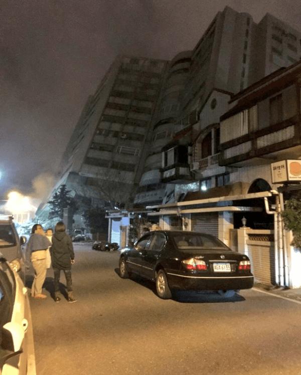 台湾東部の大地震で建物が倒壊している画像