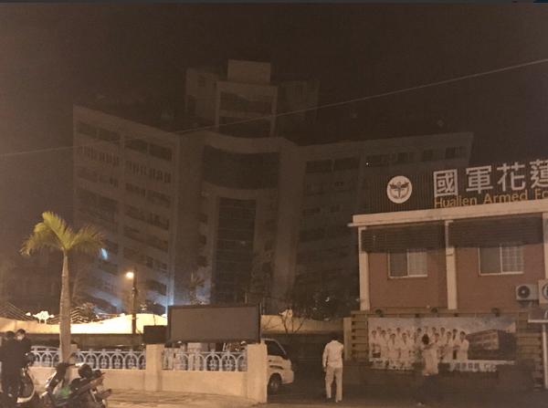 台湾の地震でホテルが傾いている画像