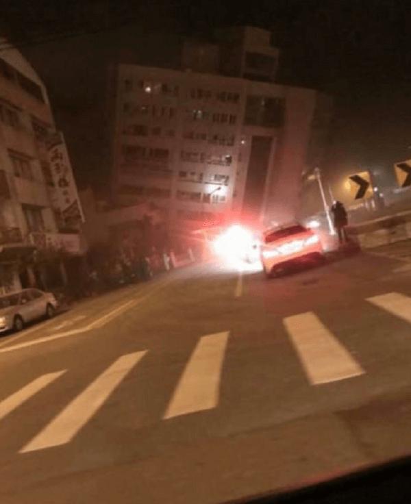 台湾の震度7の地震で建物が傾いている現場の画像