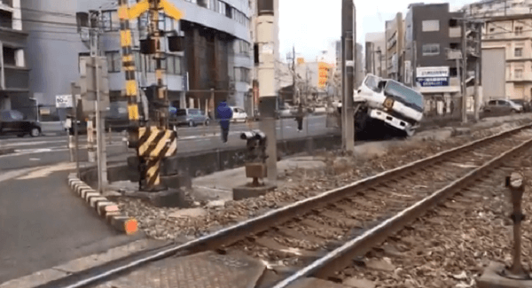 南小倉駅付近の踏切でトラック事故の現場の画像
