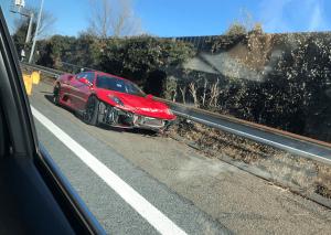 東名高速でフェラーリが事故の画像