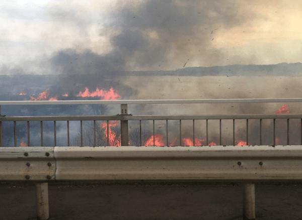 小見川大橋付近の利根河川敷で火事が起きている現場の画像