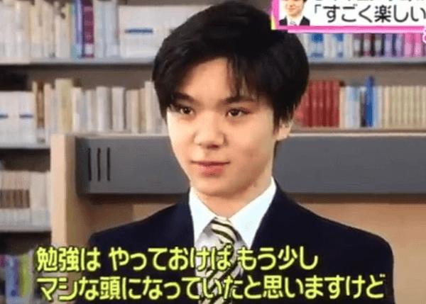 テレビのインタビューに答える宇野昌磨選手の画像