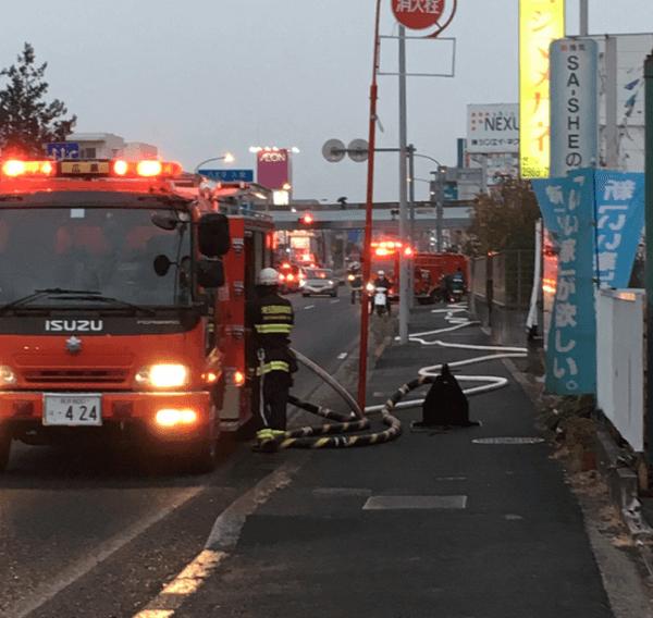 狭山市入間川の自動車整備工場でタンクローリーの車両火災の現場の画像