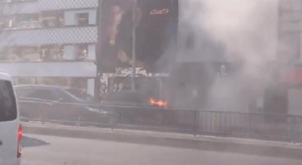 表参道でレンジローバーの車両火災の現場の画像