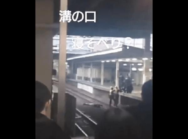 武蔵溝ノ口駅の線路上に人が倒れている動画のキャプチャ画像