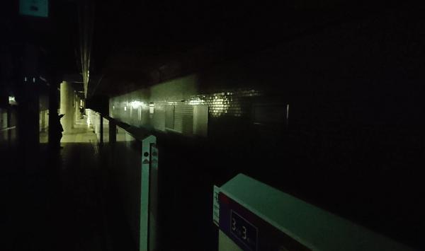 三田線・浅草線の駅で停電している現場の画像