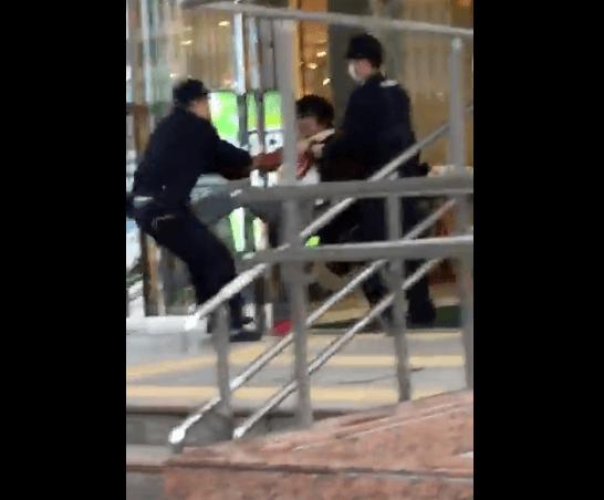 鹿児島中央駅で警察官を蹴る動画のキャプチャ画像