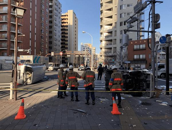 浅草でトラックとワゴン車の横転事故の画像