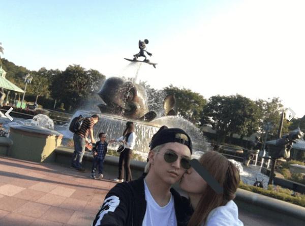 しほさんが小林龍二さんにキスする自撮り画像