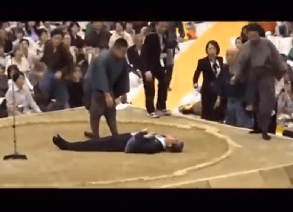 多々見良三市長が土俵上で倒れている様子の画像