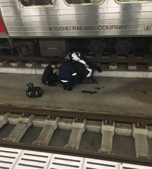 折尾駅で学生が飛び込み自殺の画像