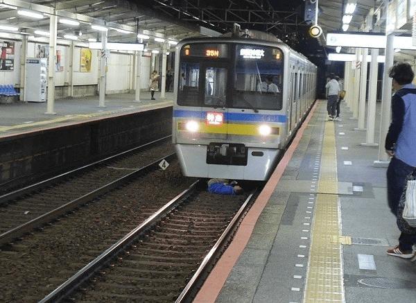 京成立石駅で人身事故の現場の画像