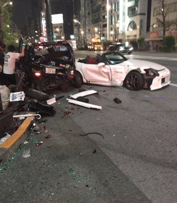 秋葉原でS2000とタクシーが衝突する事故の画像
