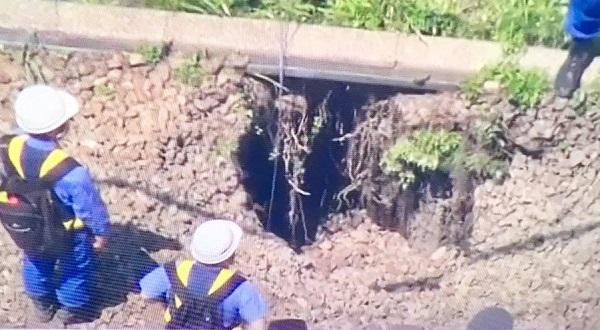 小田原線の陥没している線路の写真画像