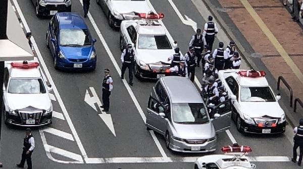 パトカーが集結している天神の事件現場の写真画像