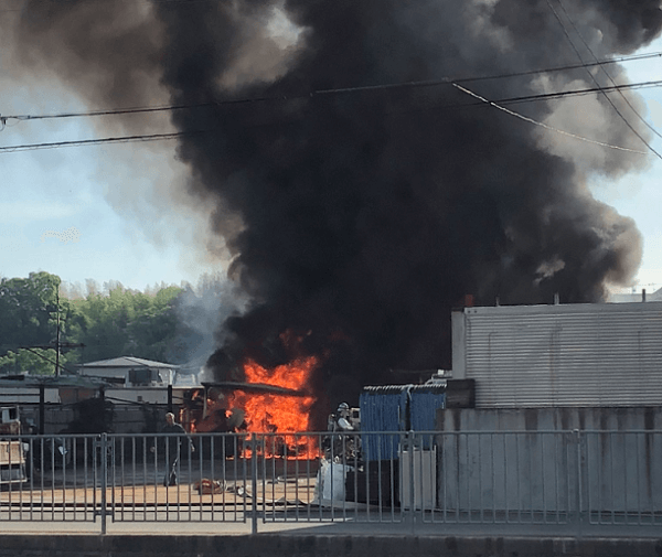 堺市西区の泉北高速沿いで火事の現場の画像