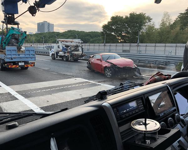 東名高速でフェアレディZが大破している事故現場の画像