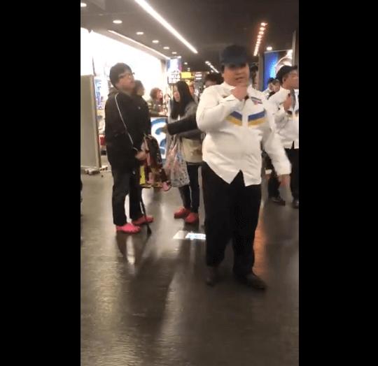 札幌ドームで男性が怒鳴る動画のキャプチャ画像