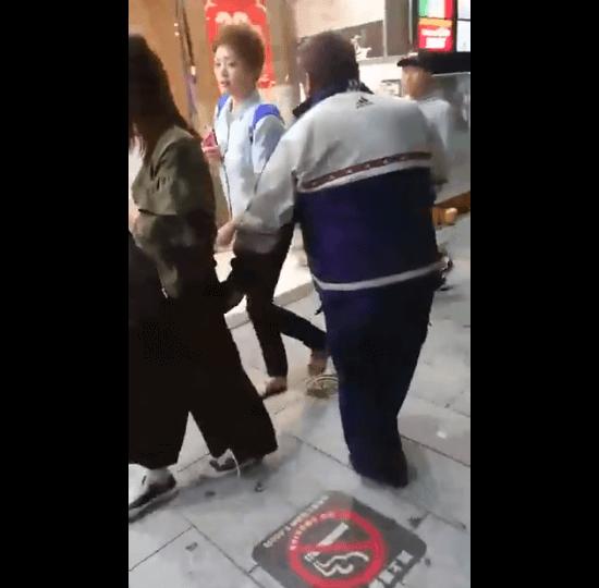 栄の痴漢おじさんが女性の尻を触る動画のキャプチャ画像