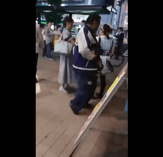 栄で男が女性の尻触る痴漢事件の動画のキャプチャ画像