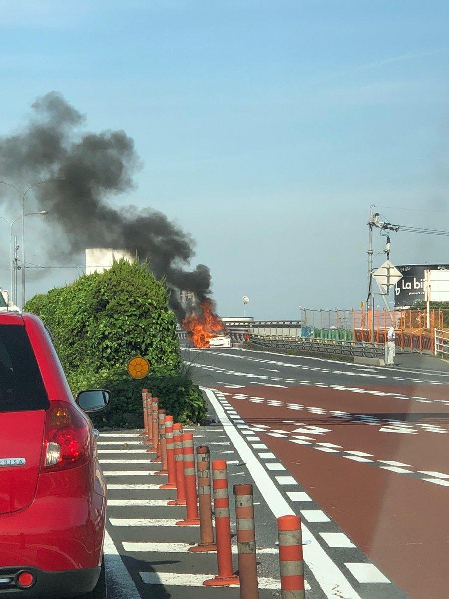 岡山市南区古新田のバイパス国道2号線のプリウス車両火災現場の写真画像