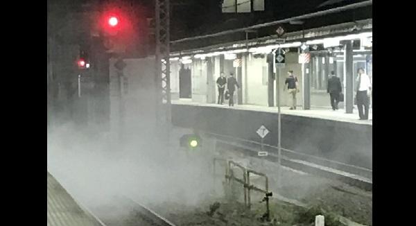 埼京線新宿駅の火事現場?発煙している様子の写真画像