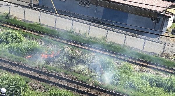 横浜線の新横浜駅-小机駅間で発生している火事の現場写真画像