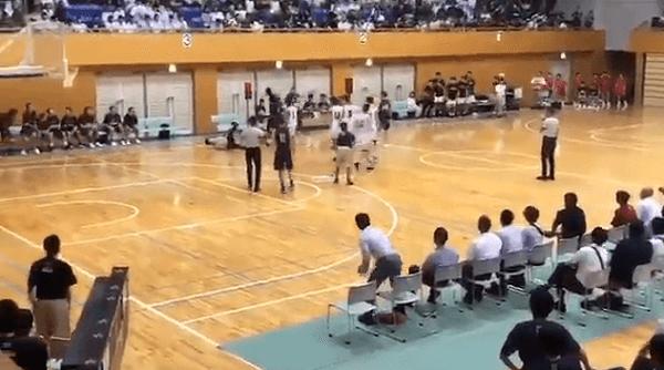 留学生のペティ・ヴァカ・エルビス選手が審判殴る動画のキャプチャ画像